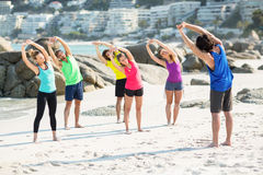 Przyjaciele ćwiczy podczas gdy stojący przeciw budynkom Fotografia Stock