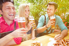Przyjaciele śmia się w piwo ogródzie Zdjęcia Royalty Free