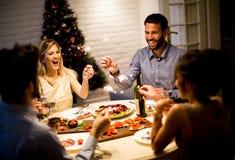 Przyjaciele świętuje bożych narodzeń lub nowego roku wigilię Obrazy Stock