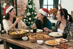Przyjaciele świętuje bożych narodzeń lub nowego roku wigilię Zdjęcia Royalty Free
