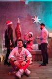 Przyjaciele świętuje bożych narodzeń lub nowego roku wigilię w domu Obrazy Stock