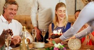 Przyjaciele świętuje urodziny 4K 4k zdjęcie wideo
