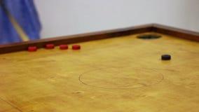 Przyjaciele bawić się carrom stołową grę, dziewczyny osiągania wygrania punkty, wolny czas zbiory wideo
