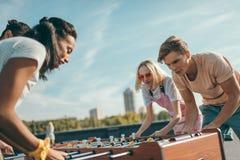 Przyjaciele bawić się stołowego futbol Obraz Stock