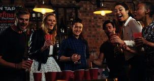 Przyjaciele bawić się z piłką w barze zbiory