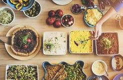 Przyjaciele Bawją się bufet Cieszy się Karmowego pojęcie zdjęcie stock