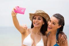 Przyjaciele bierze selfie zdjęcia stock
