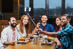 Przyjaciele bierze selfie smartphone przy restauracją zdjęcia royalty free