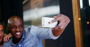 Przyjaciele bierze selfie w café zdjęcie wideo