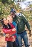 Przyjaciele bierze selfie w parku Fotografia Stock