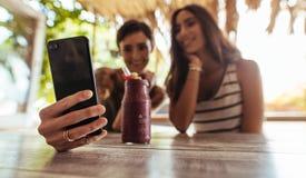 Przyjaciele bierze selfie z smoothie na stole zdjęcia royalty free