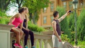 Przyjaciele bierze selfie z telefonem w parku przy latem przyjaciele multiracial zdjęcie wideo