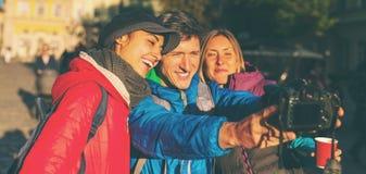 Przyjaciele biorą selfie fotografia stock