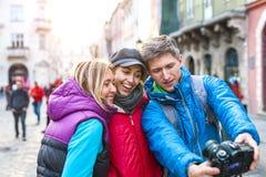 Przyjaciele biorą selfie obraz stock