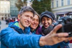 Przyjaciele biorą selfie fotografia royalty free