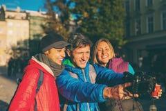 Przyjaciele biorą selfie obraz royalty free