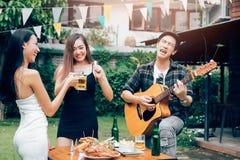 Przyjaciele cieszą się świętowanie i zabawa tana zdjęcie royalty free