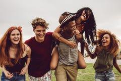 Przyjaciele cieszy się na plenerowej melinie fotografia stock
