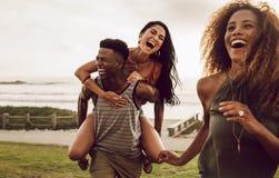 Przyjaciele cieszy się na wakacje zdjęcia stock