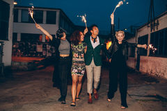 Przyjaciele cieszy się noc z sparklers fotografia stock