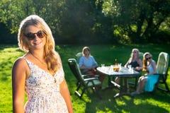 Przyjaciele cieszy się ogrodowego przyjęcia na pogodnym popołudniu fotografia royalty free
