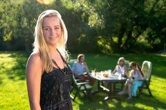 Przyjaciele cieszy się ogrodowego przyjęcia na pogodnym popołudniu zdjęcia royalty free