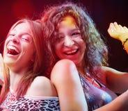 Przyjaciele cieszy się przyjęcia w klubie nocnym zdjęcia royalty free