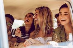 Przyjaciele cieszy się samochodową przejażdżkę obraz royalty free
