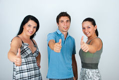 przyjaciele dają szczęśliwym kciukom Zdjęcia Royalty Free