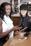 Przyjaciele dyskutuje pastylkę przy coffeeshop Obraz Royalty Free