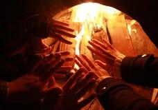 Przyjaciele grżą ręki wokoło graby fotografia royalty free