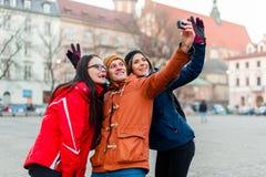 Przyjaciele halsuje selfies z noszoną kamerą w turystycznym mieście Obraz Royalty Free