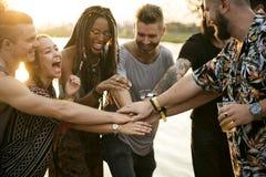 Przyjaciele i piwa Cieszy się festiwal muzyki Wpólnie Zdjęcia Stock