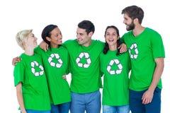 Przyjaciele jest ubranym przetwarzający tshirts Zdjęcie Stock