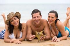 Przyjaciele kłama plażę zdjęcie stock