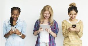 Przyjaciele kobiety używa Cyfrowego przyrząd zdjęcie royalty free