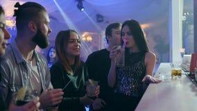 Przyjaciele komunikują wpólnie przy barem, napojów koktajle i mieć dobrego czas zdjęcie wideo