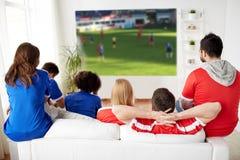 Przyjaciele lub fan piłki nożnej ogląda piłkę nożną w domu Obraz Royalty Free