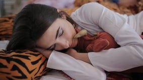 Przyjaciele męczyli po tym jak przyjęcie, śpi wpólnie na łóżku zbiory