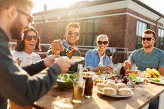 Przyjaciele ma gościa restauracji lub bbq przyjęcia na dachu obraz royalty free