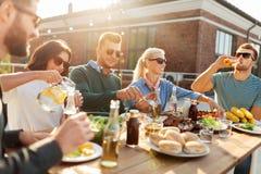 Przyjaciele ma gościa restauracji lub bbq przyjęcia na dachu fotografia stock