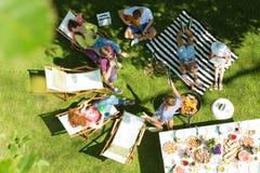Przyjaciele ma grilla w ogródzie Fotografia Stock