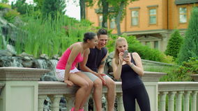 Przyjaciele ma zabawę wpólnie plenerową Młodzi przyjaciele śmia się w parku zbiory wideo