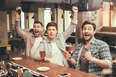Przyjaciele ma zabawę w pubie Obrazy Royalty Free