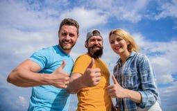 Przyjaciele ma zabawy lata na wolnym powietrzu festiwal Mężczyźni i kobieta cieszą się wakacje Wakacje i rozrywka visitant zdjęcie royalty free