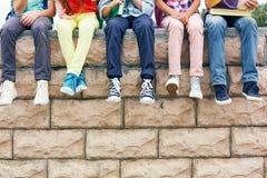 Przyjaciele na ściana z cegieł Fotografia Stock