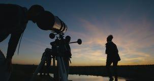 Przyjaciele na brzeg w mroczny patrzeć przez teleskopu zbiory