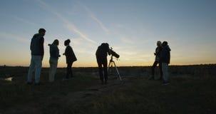 Przyjaciele na brzeg w mroczny patrzeć przez teleskopu zdjęcie wideo