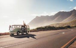 Przyjaciele na roadtrip wiszącym drogą out fotografia royalty free