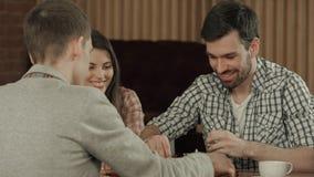 Przyjaciele odpoczynek w kawiarni i bawić się szachy Zdjęcia Royalty Free